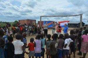 De vlaggen vanb DR Congo en Nederland in het doel: het kinderwerk kan beginnen!